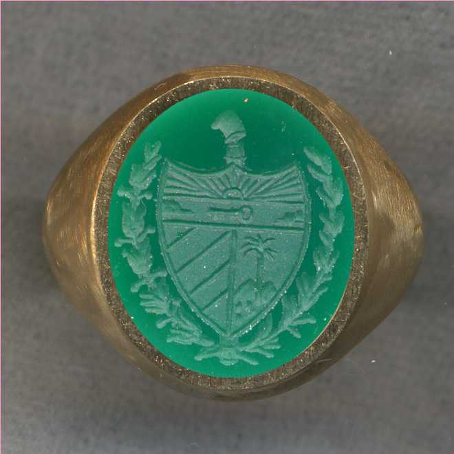 A man's ring with the Coat of Arms of Cuba.